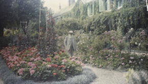 1280px-Claude_Monet_in_front_of_his_House_at_Giverny_-_Google_Art_Project
