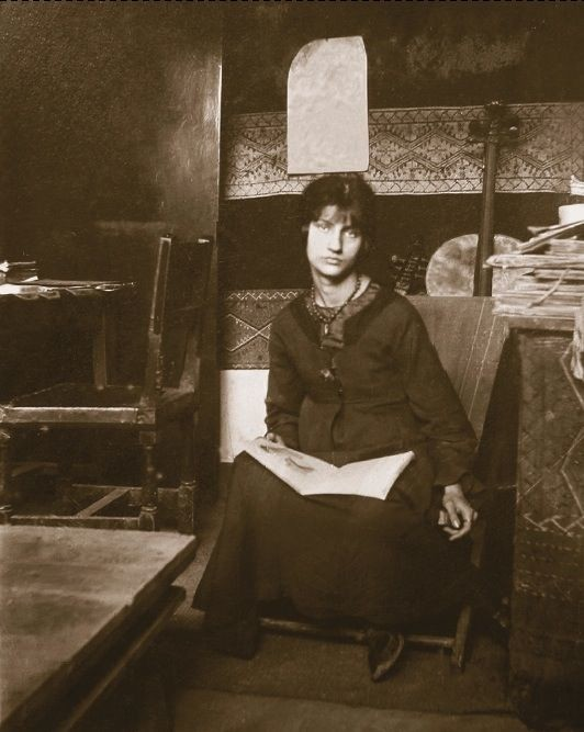 Jeanne Hebuterne modeled for Foujita before becoming muse and mate of Amedeo Modigliani