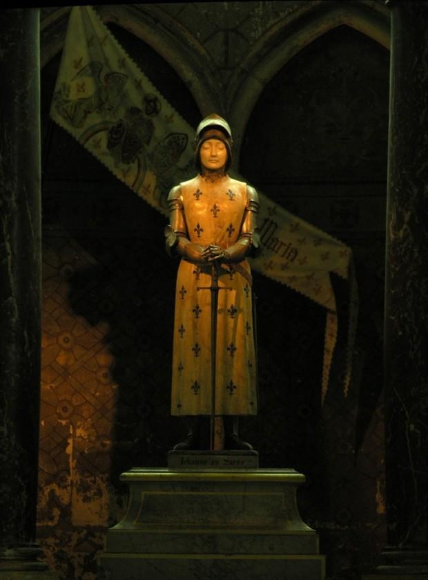 joan arc culture Jeanne d'Arc, statue en pied, en armure, cathédrale Notre-Dame de Reims