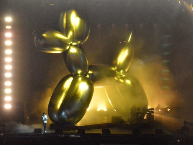 Jeff Koons Balloon Dog Dog CHELMSFORD, ENGLAND - AUGUST 20: (EDITORIAL USE ONLY) (EXCLUSIVE COVERAGE) Jay Z performs live on stage during V Festival 2017 at Hylands Park on August 20, 2017 in Chelmsford, England. (Photo by Jim Dyson/Getty Images)