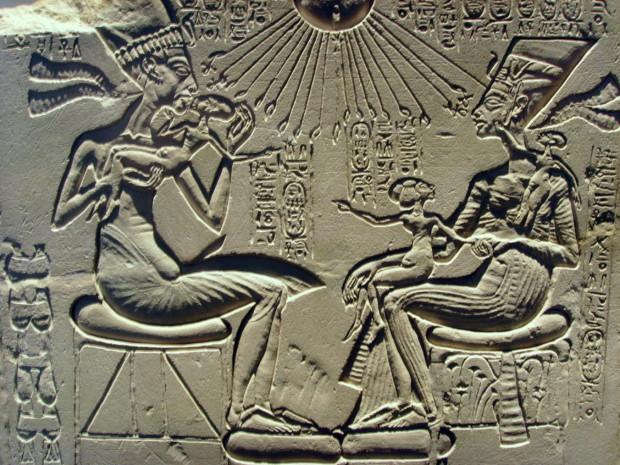 Akhenaten,_Nefertiti_and_their_children