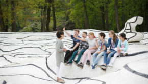 Group of kids with teacher in 'Jardin d'émail' by Jean Dubuffet. Photo: Wieneke Hofland