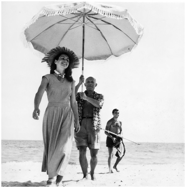 Robert Capa, Pablo Picasso and Françoise Gilot. In the background the painter's nephew Javier Vilato, 1948, picasso beach body