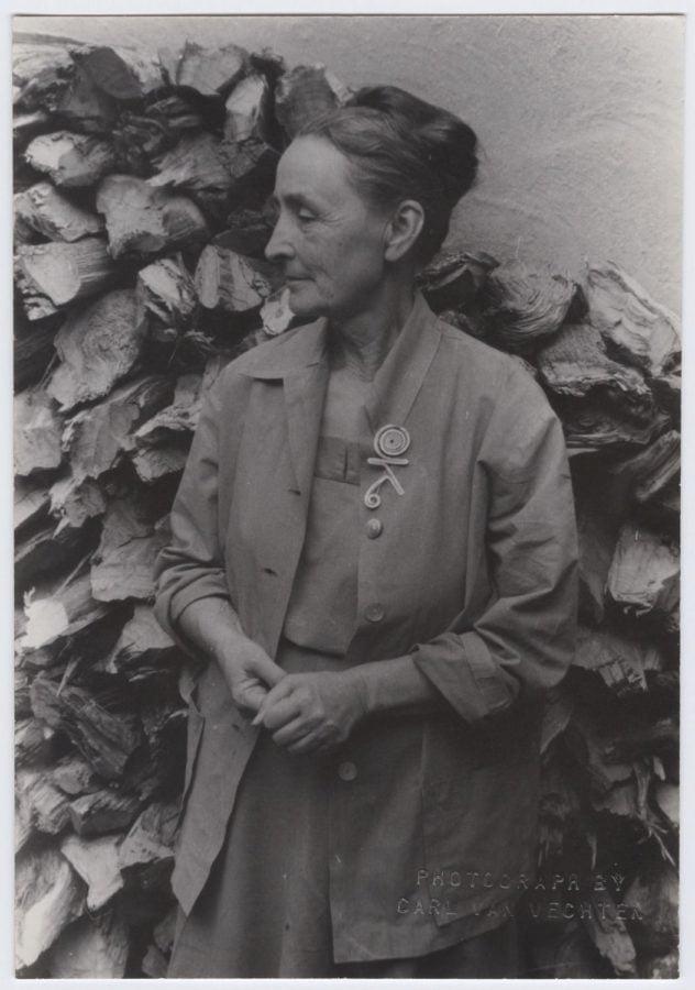 Carl Van Vechten, Georgia O'Keeffe at Abiquiu wearing a Calder brooch, NM, 1950. Photo © Van Vechten Trust. Artwork © 2017 Calder Foundation, New York / Artists Rights Society (ARS), New York, calder's jewellery