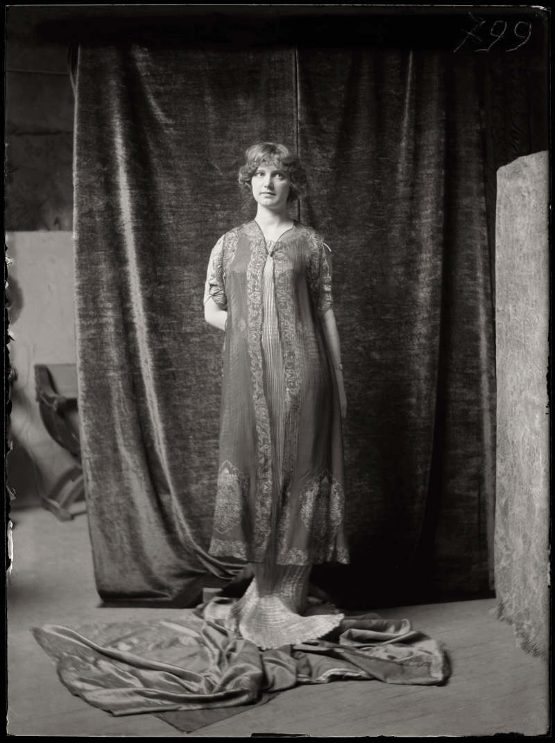 Mariano Fortuny, A model wearing Delphos dress and a stamped silken robe, c.1920, Museo Fortuny, mariano fortuny a genius from venice