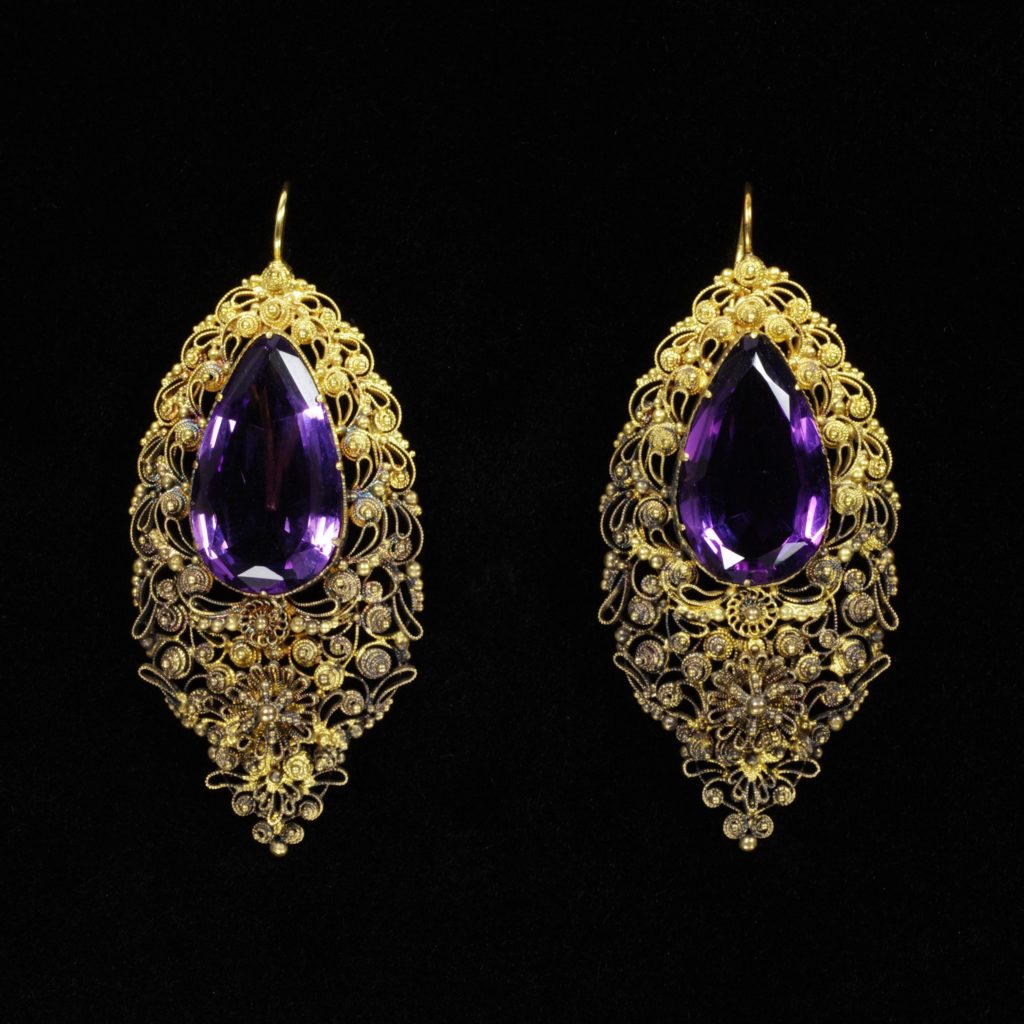 Earrings, ca 1820, England, © Victoria and Albert Museum, London - gold