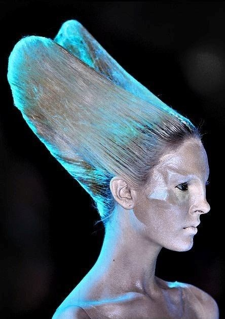 Fashion meets sci-fi. The models looked like aliens, painted in silver and blue colors. They also had fake implants in their faces and shoulders, in order to look more extraterrestial. Source: DazedDigital.