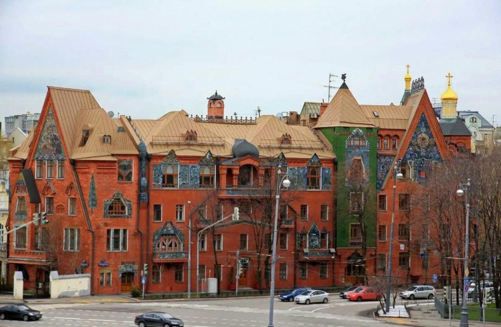 Pertsov's house in modern surroundings