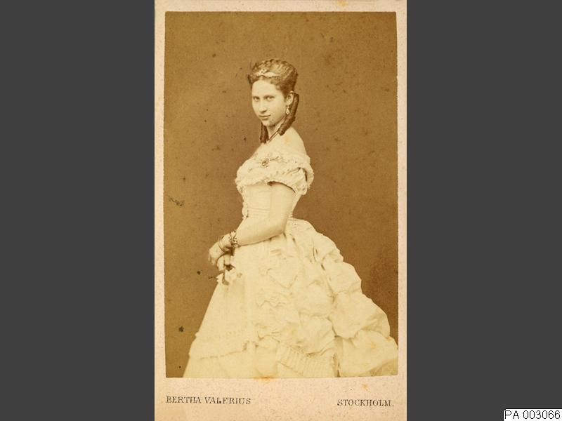 Female swedish photographers: Bertha Valerius, Portrait of Queen Louise of Denmark, married to King Frederick VIII and originally Princess of Sweden and Norway, business card photography