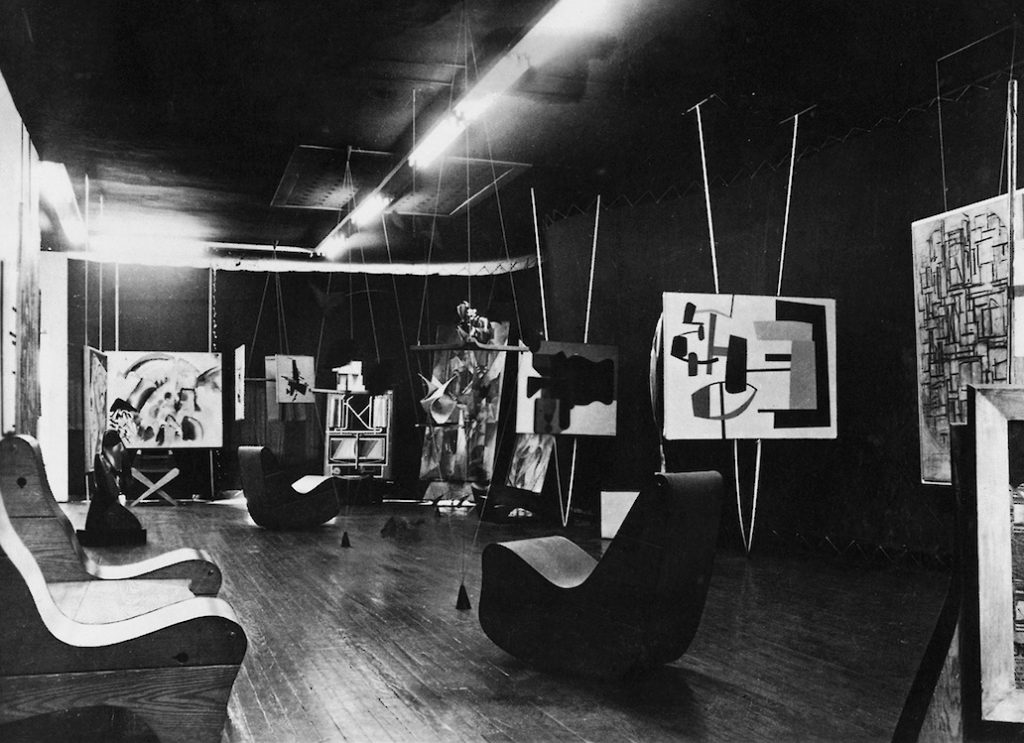 31 Women peggy guggenheim, The abstract gallery in the The Art of This Century Gallery in New York, in 1942