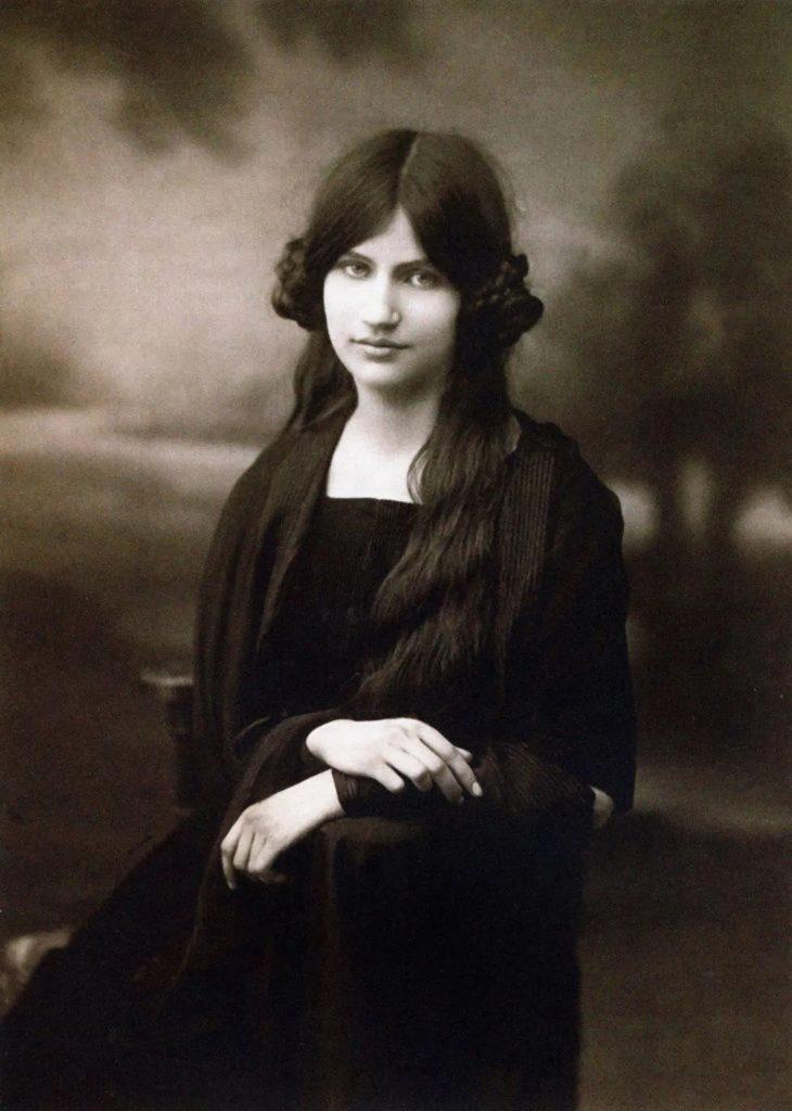 Jeanne Hébuterne: Loving Modigliani. Novel by Linda Lappin.Jeanne Hèbuterne, 1917, photographer unknown.