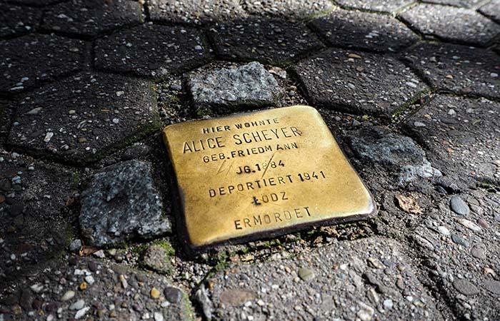 Gunter Demnig's stumbling stone.